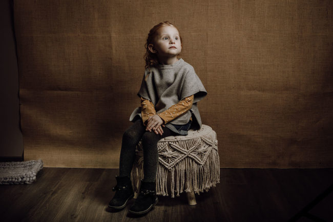 portrait enfant fille assise
